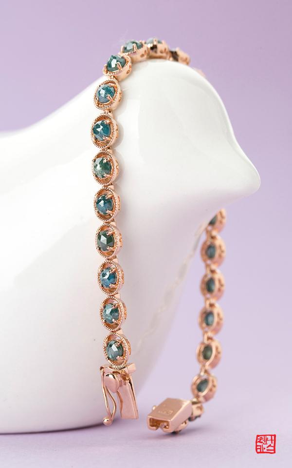1103916 - [나스첸카 NASCHENKA] 한모금이 아까운 블루 러프 다이아몬드 _ 18K 청러프 다이아몬드 팔찌